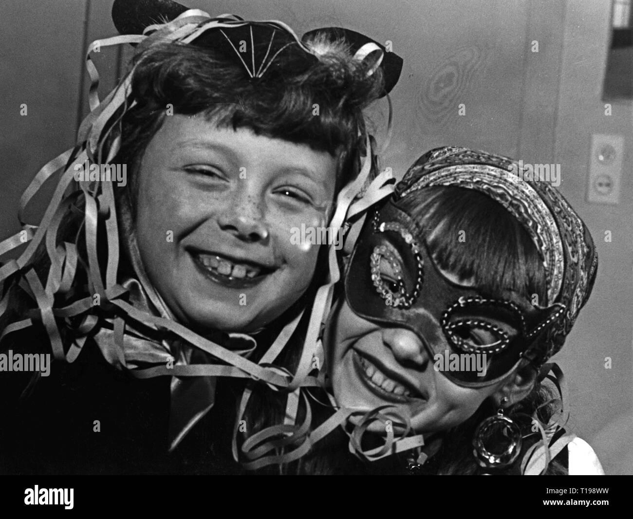 Feste di Carnevale, dissimulata due giovani ragazze, anni cinquanta, Additional-Rights-Clearance-Info-Not-Available Foto Stock