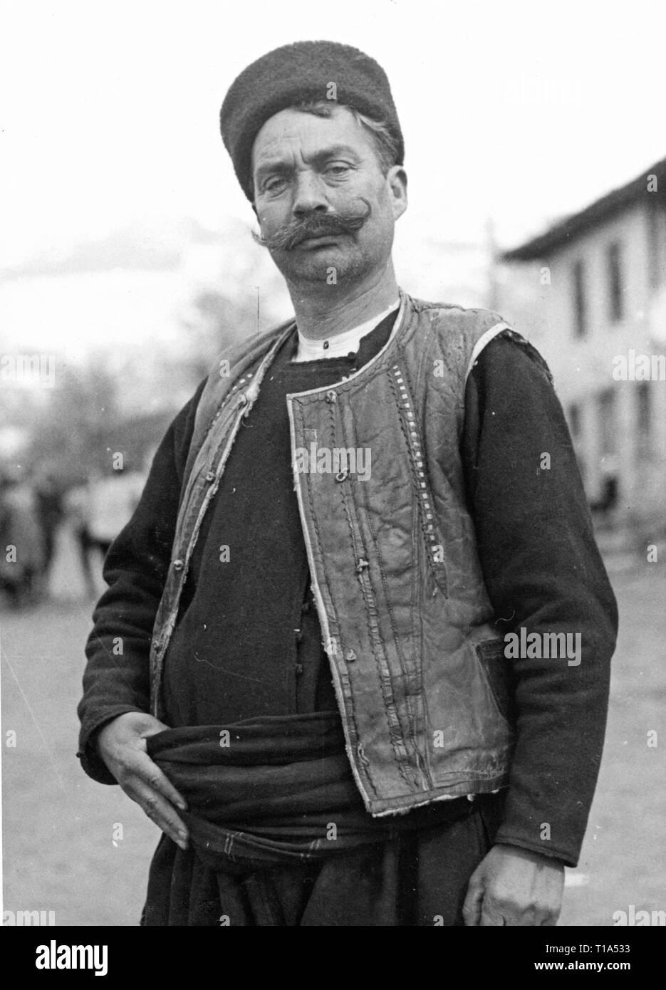 Geografia / viaggi storico, Bulgaria, folklore, bulgaro uomo in costume nazionale, circa 1935, Additional-Rights-Clearance-Info-Not-Available Immagini Stock