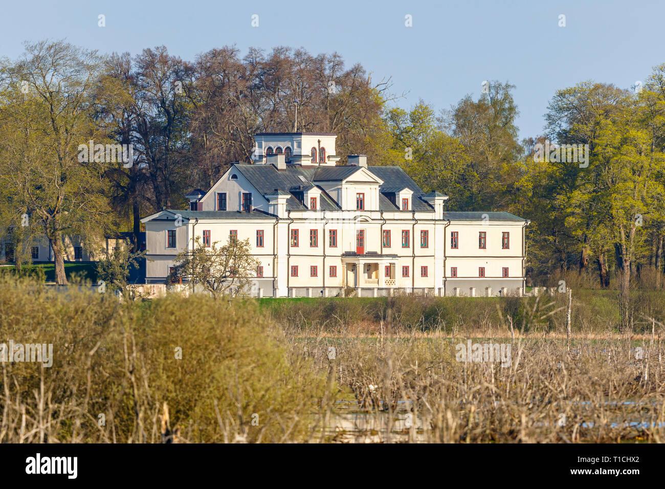 Il vecchio castello sulla riva del lago nella primavera Immagini Stock