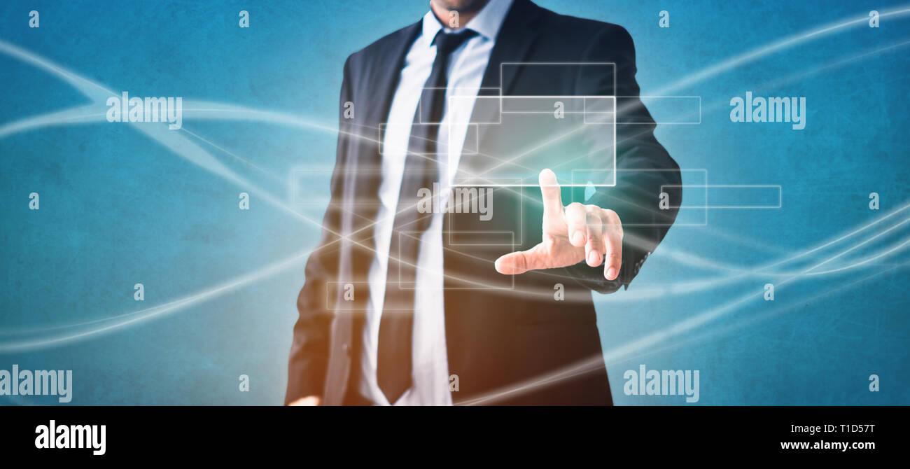 Imprenditore toccando lo schermo virtuale - La tecnologia moderna in business Immagini Stock