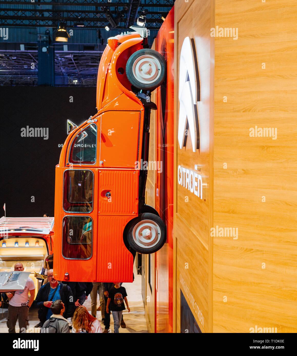Parigi, Francia - Ott 4, 2018: i clienti e curiosi ammirando il nuovo a livello internazionale mostra auto Mondial Motor Show di Parigi, modello prodotto da auto maker Immagini Stock