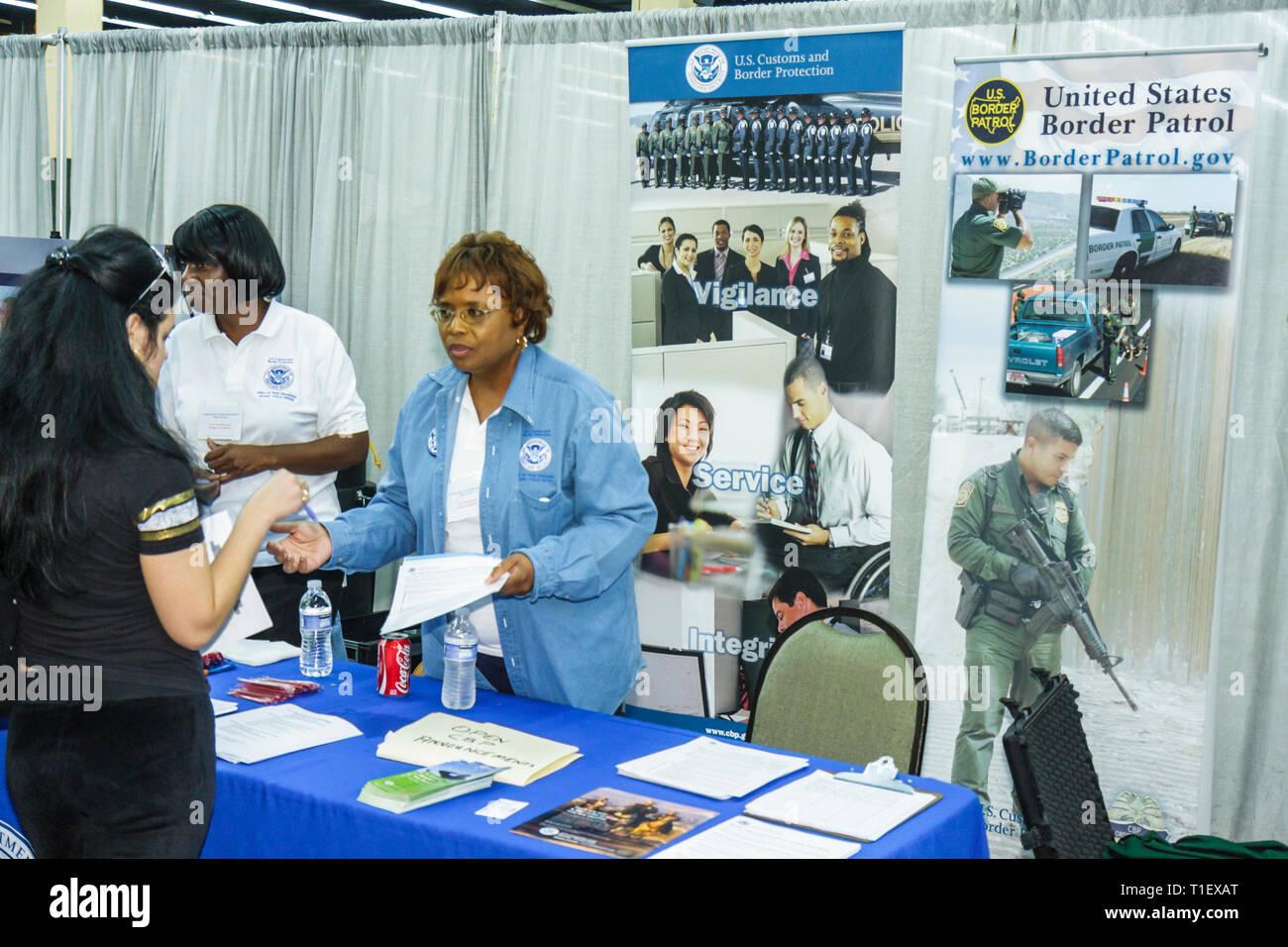 Miami Florida Job Fair carriera occupazione disoccupati datore di lavoro il reclutamento di affitto crisi economica booth Stati Uniti Pattuglia di Confine im Immagini Stock