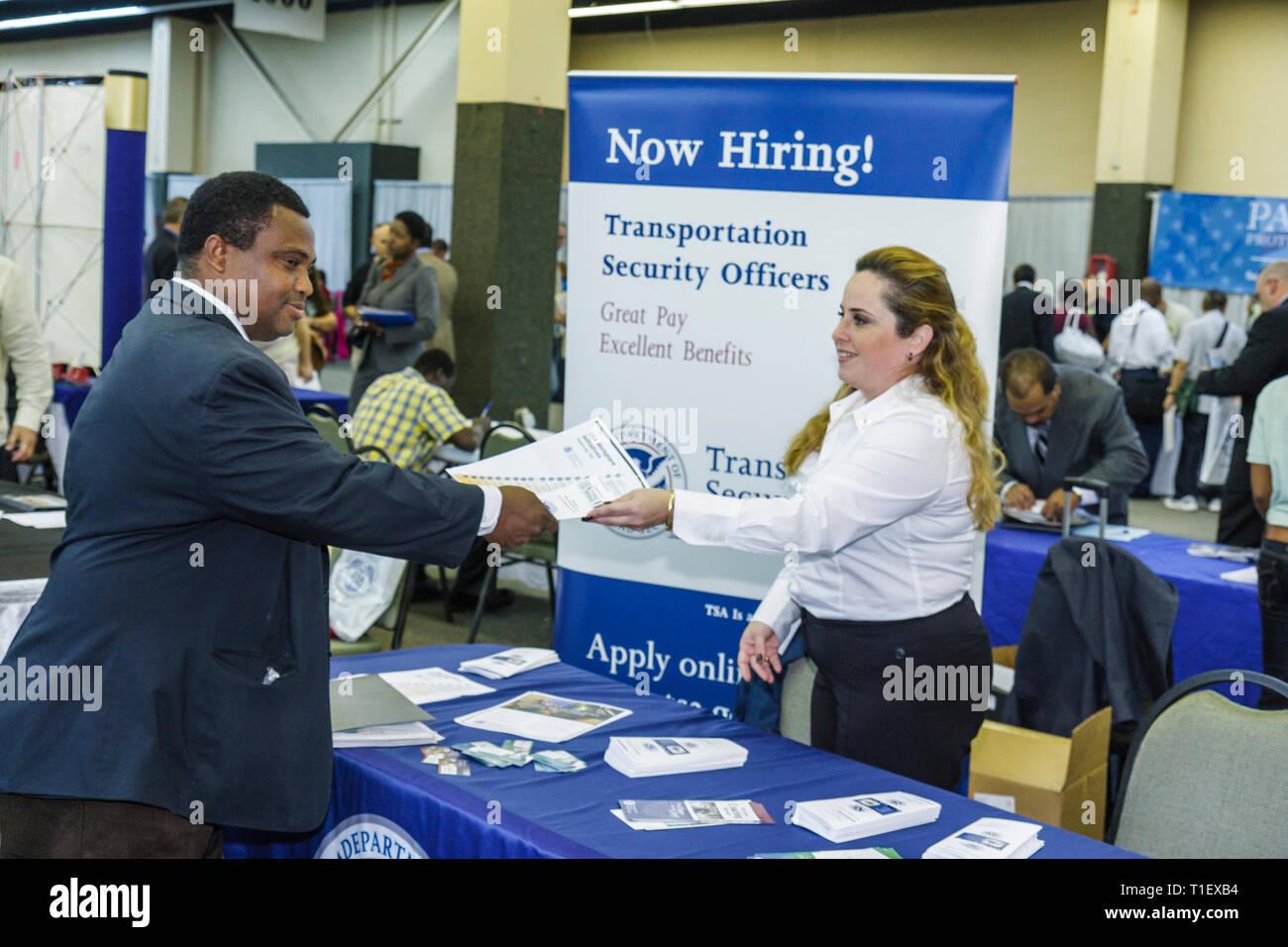 Miami Florida Job Fair carriera occupazione disoccupati datore di lavoro il reclutamento di crisi economica booth Nero donna wan poster lavoro brochure Immagini Stock