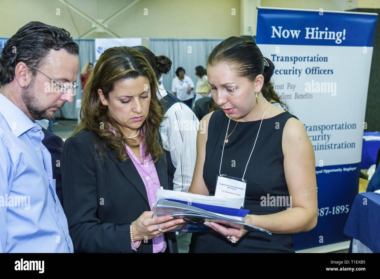 Miami Florida Job Fair carriera occupazione disoccupati datore di lavoro il reclutamento di crisi economica booth ispanico donna uomo lavoro di manodopera se Immagini Stock