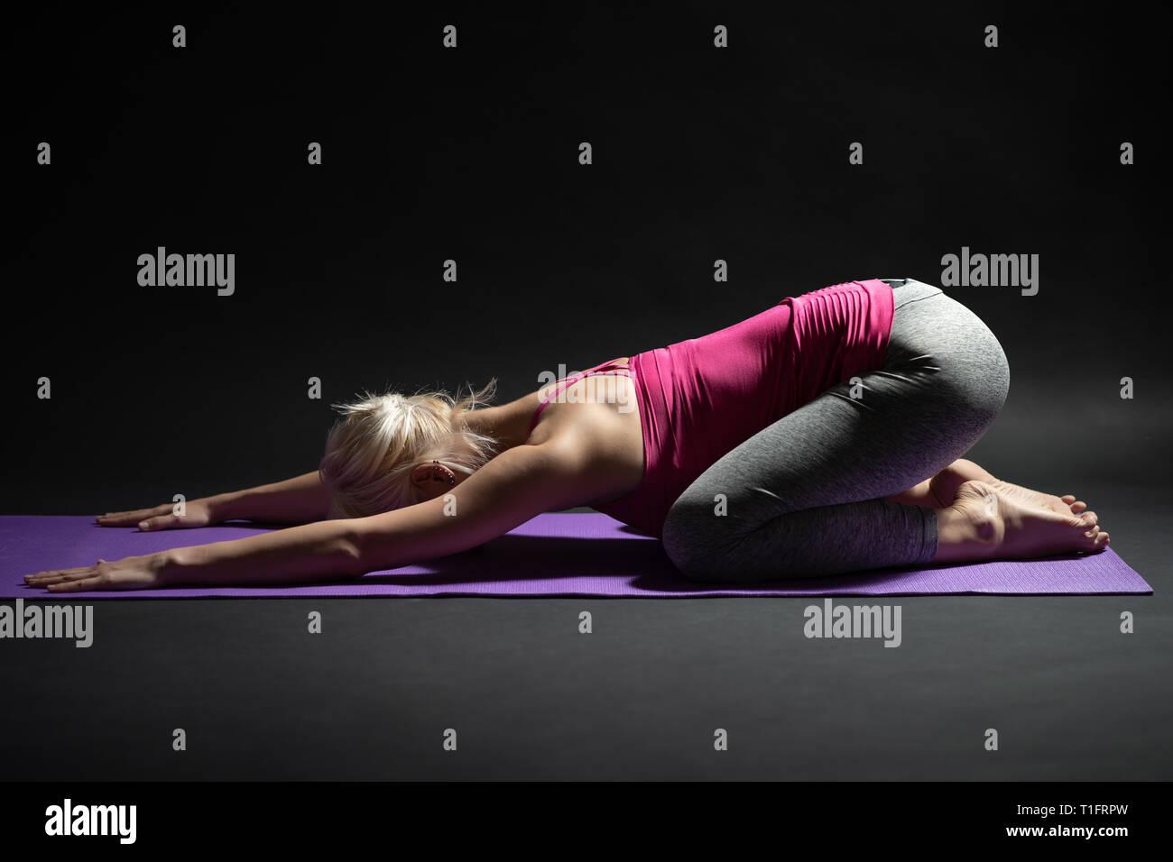 Donna esercizio pilates. Bambino pone yoga. Foto Stock