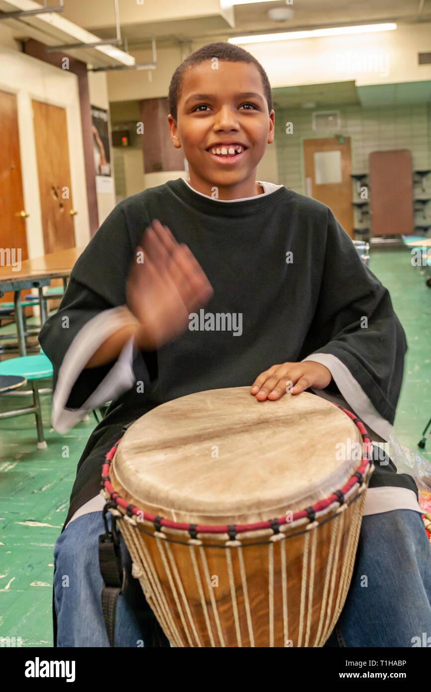 La scuola dei bambini in un contesto di gruppo imparare a suonare strumenti musicali con il loro insegnante di musica. Immagini Stock