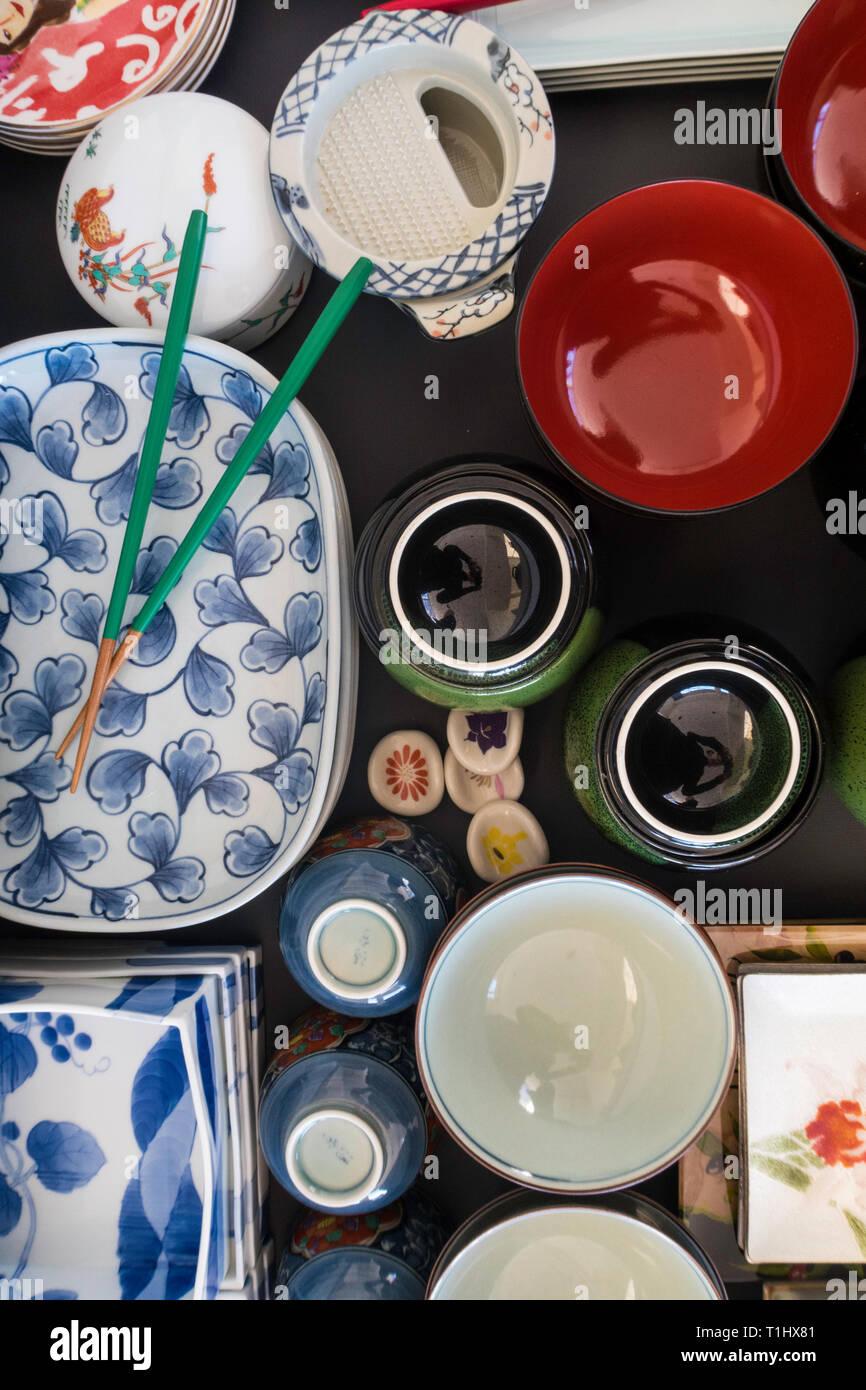 Impilati e organizzato le piastre giapponese di varie forme e dimensioni, STATI UNITI D'AMERICA Foto Stock