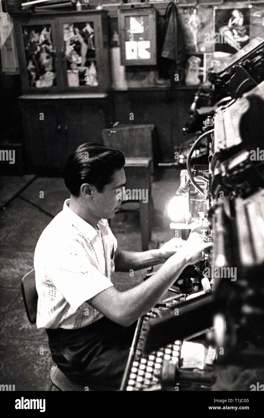 Technics, tipografia, funzionante a una macchina di composizione tipografica in un negozio di stampa, Repubblica federale di Germania degli anni cinquanta, Additional-Rights-Clearance-Info-Not-Available Immagini Stock