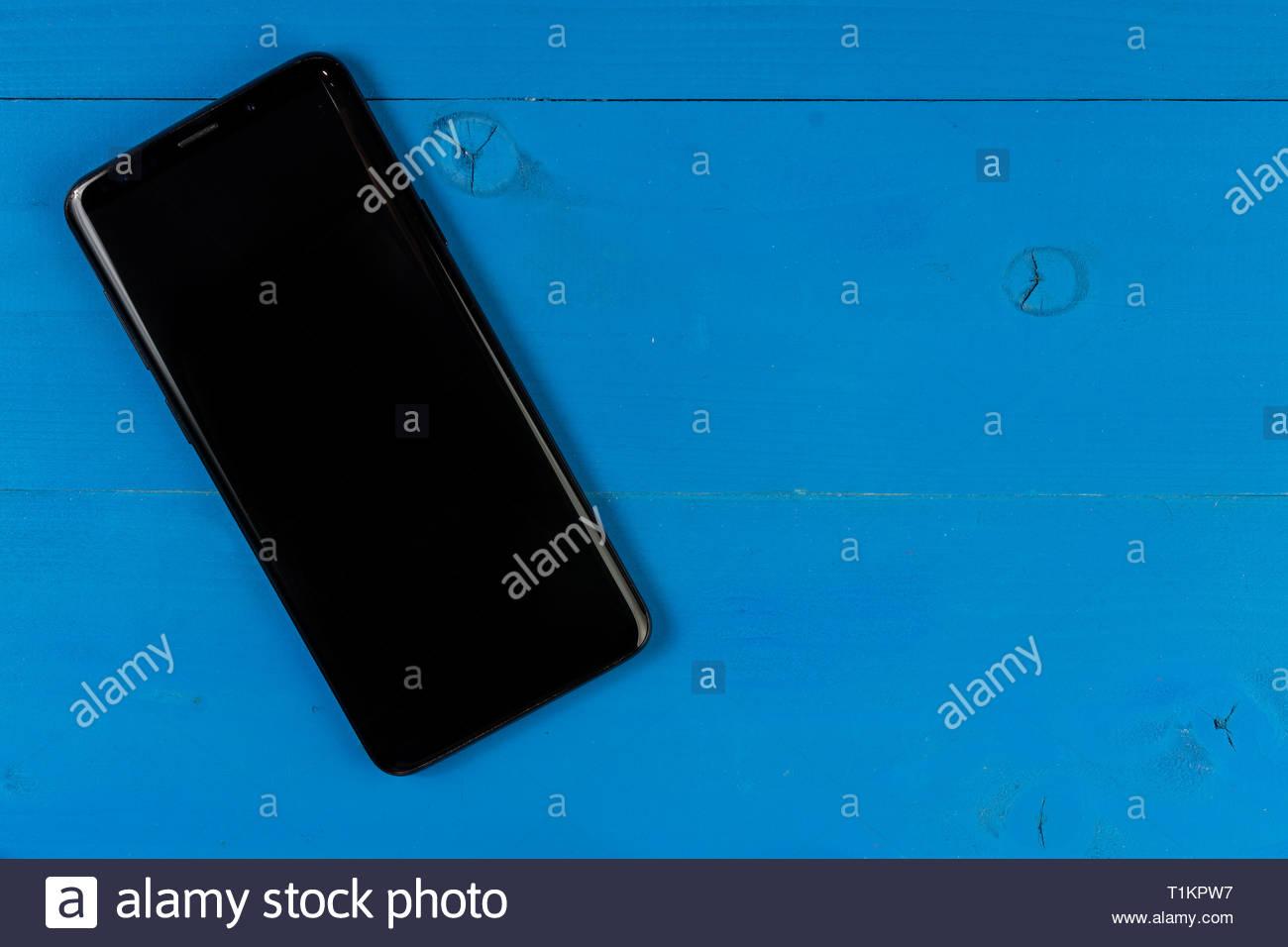 Telefono Cellulare Con Schermo Vuoto Sul Tavolo Di Legno Dello