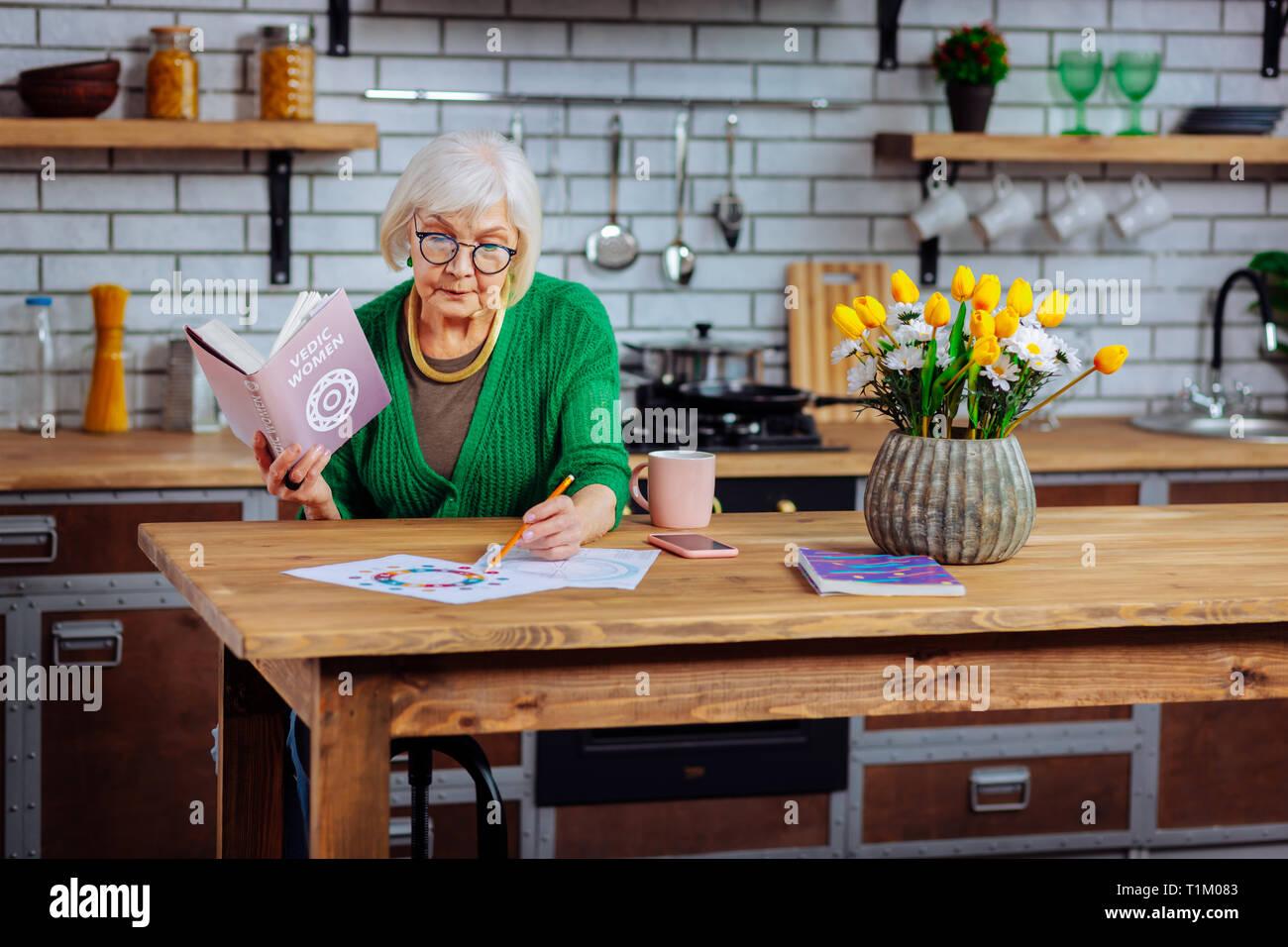 Gli anziani di preelaborazione dame disegno grafici vedico con matita Immagini Stock