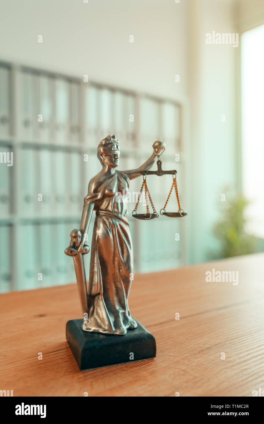 Signora giustizia statua in studio legale avvocato office, con gli occhi bendati Justitia con bilance di precisione e la spada è la personificazione della forza morale giudiziaria sist Immagini Stock