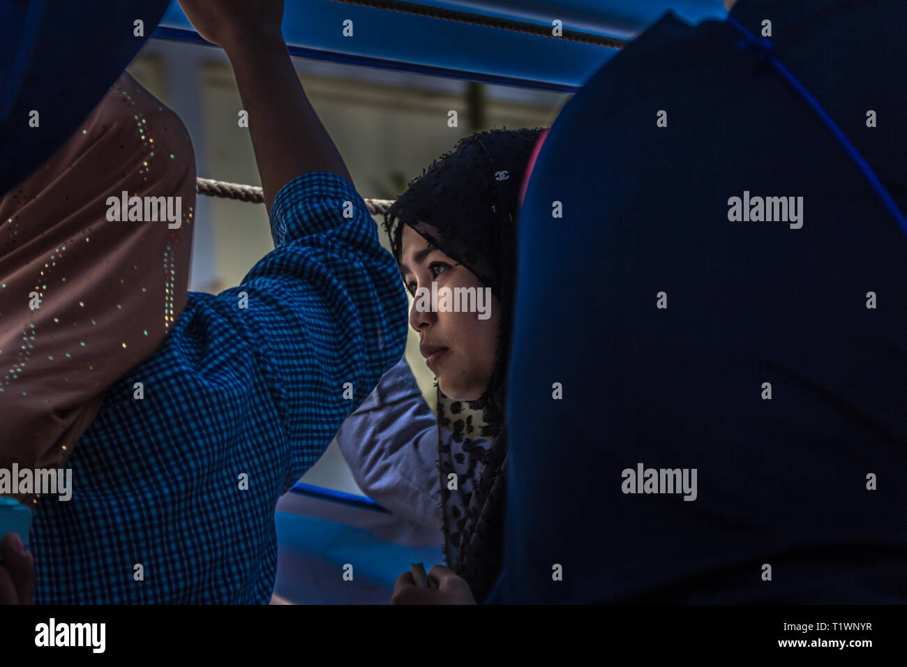 Tailandese donne musulmane passeggeri del canal boat a Bangkok, in Thailandia Immagini Stock