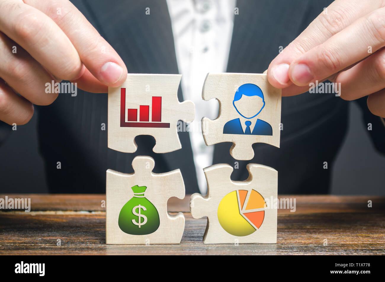 Un imprenditore raccoglie puzzle che simboleggiano i singoli elementi e attributi di fare affari. Organizzazione del processo, la creazione di un busine Foto Stock