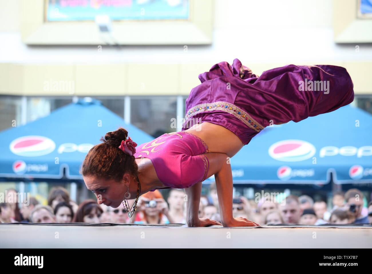 RIVNE, Ucraina, Agosto 21, 2010: bella donna in mostra lo yoga sul palco. Il Fest di Yoga e cultura vedica. Un festival indù dedicato a Immagini Stock