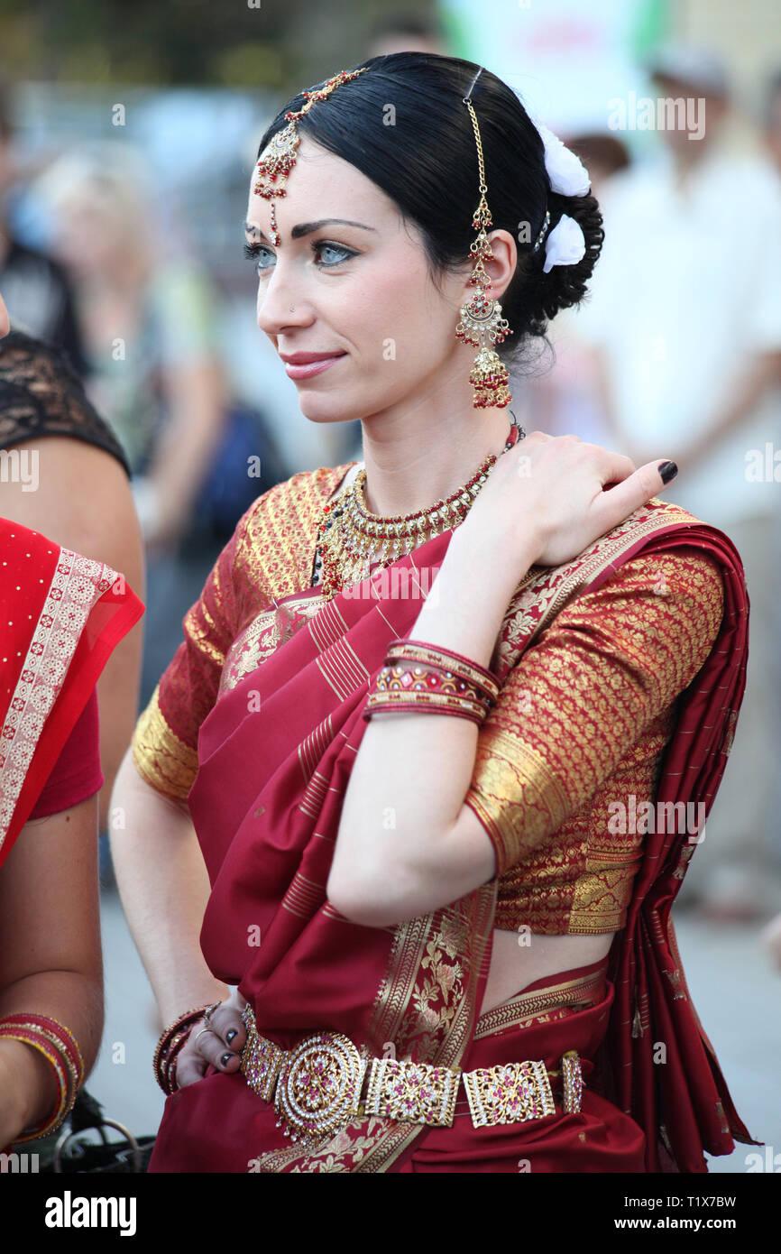 RIVNE, Ucraina, Agosto 21, 2010: bella donna di sari indiani costume. La gente si celebra la festa di Yoga e cultura vedica. Un festival indù Immagini Stock