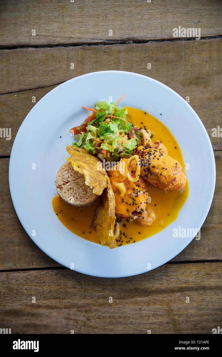 Una piastra di tradizionalmente il pollo cotto in un aroma di noce moscata e macis salsa, da le Isole delle Spezie, Ambon, Molucche, Indonesia Immagini Stock
