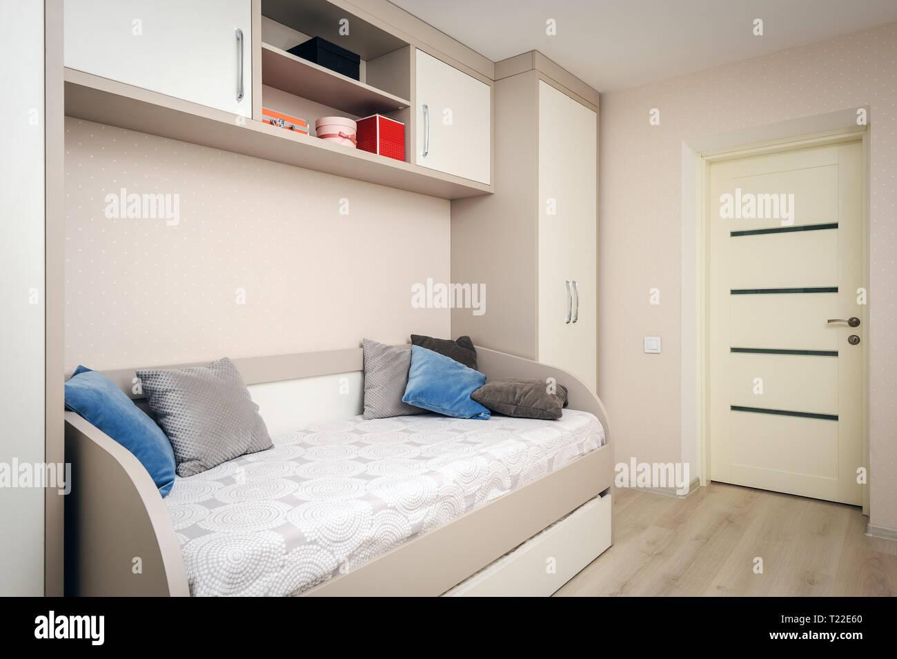 Camera Da Letto Con Divano : Moderna camera da letto con divano letto e armadio foto immagine