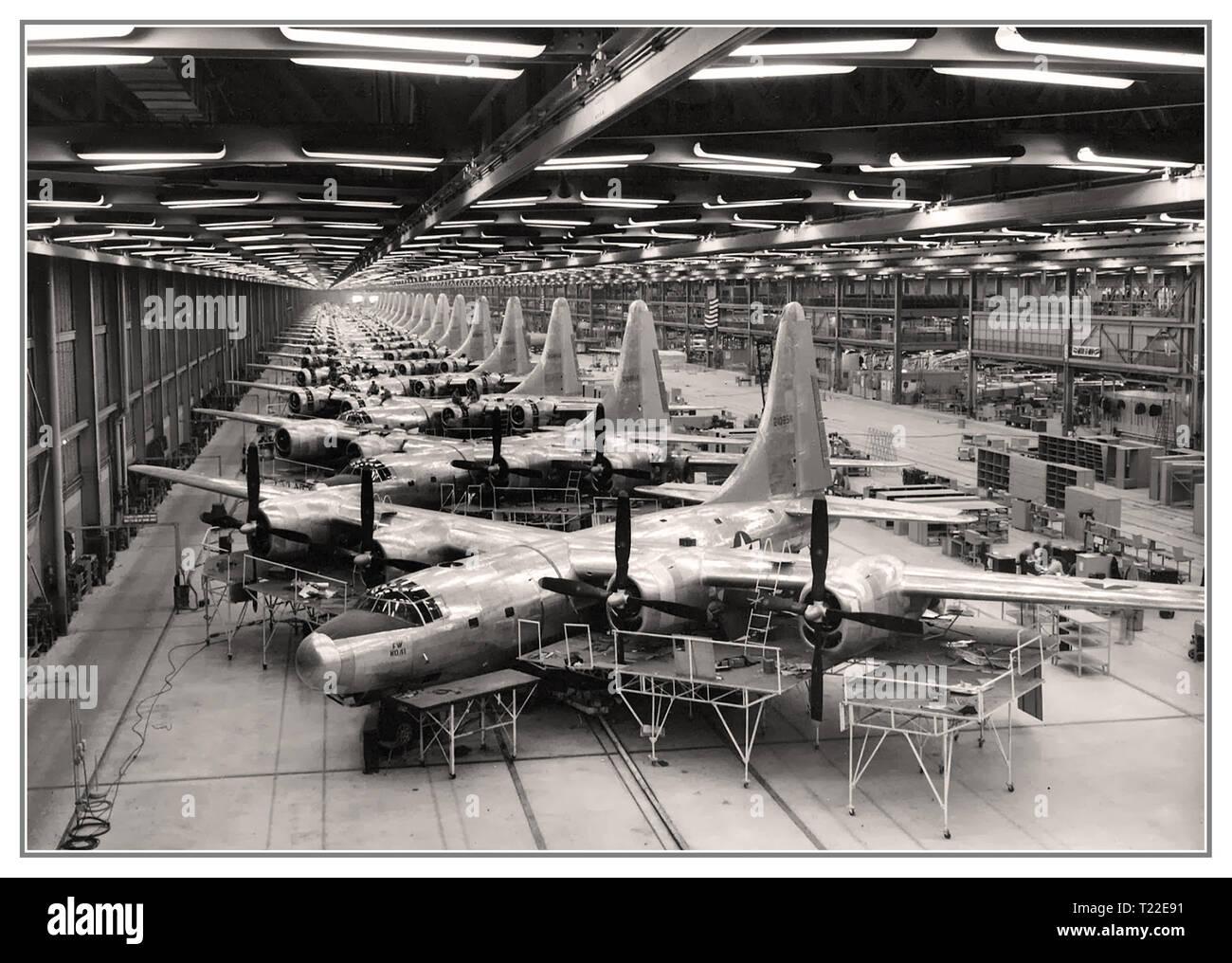 WW2 aerei di linea di produzione di B-32 bombardiere. Ampia impressionante di produzione su ampia scala di fabbrica di aeromobili in Fort Worth Texas USA 1944 II guerra mondiale grandi aerei di linea di produzione USA Immagini Stock