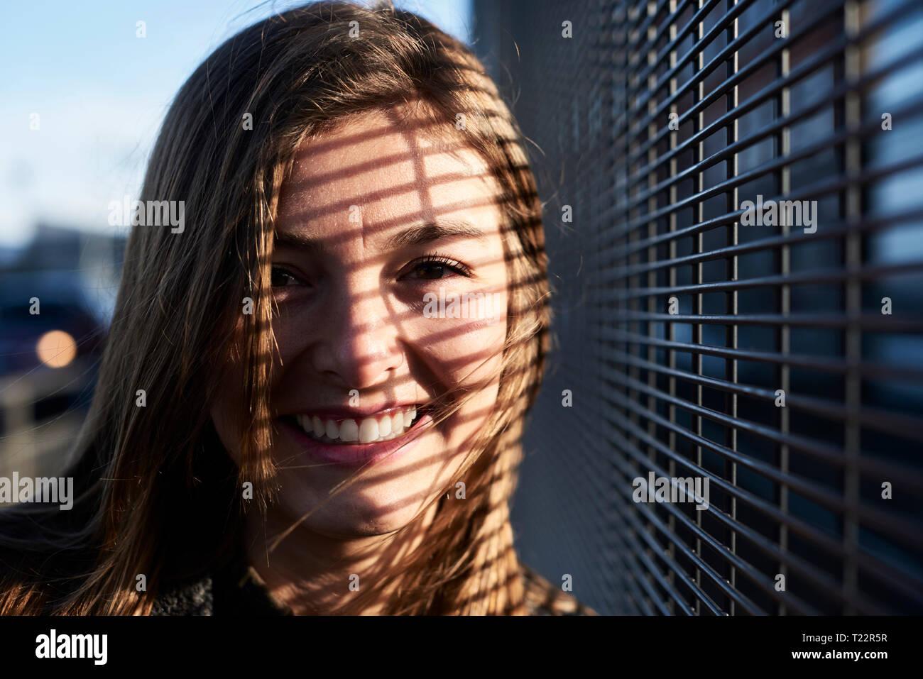 Ritratto di sorridere oung donna con sfumature sul suo viso Immagini Stock