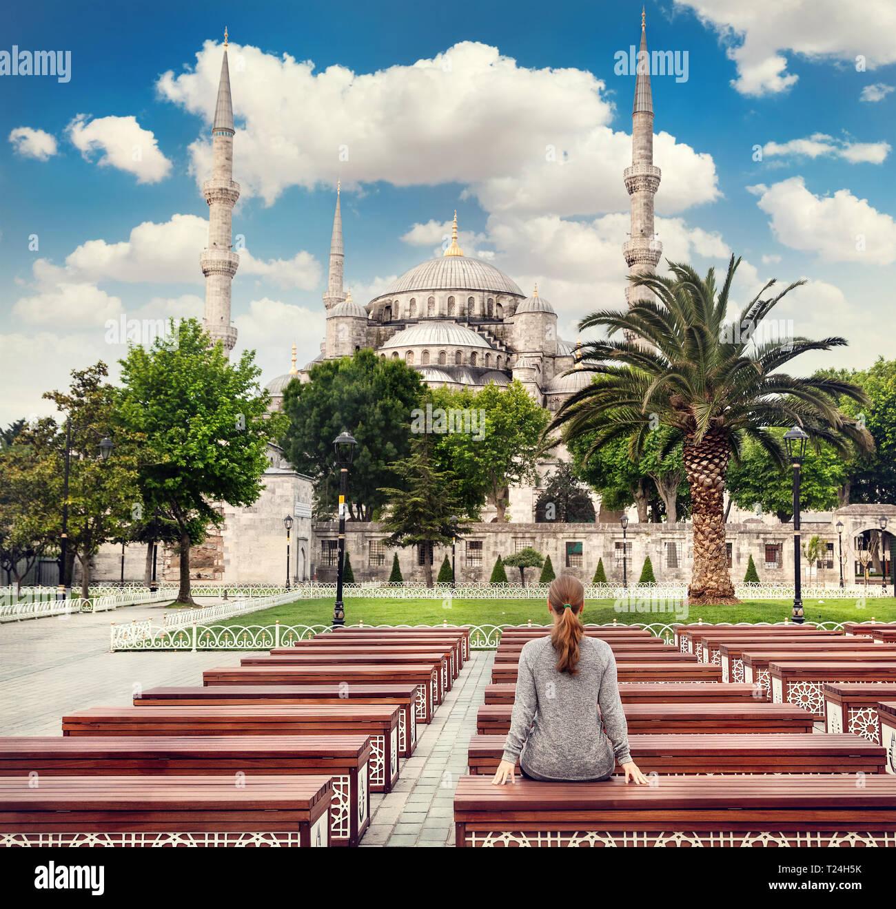 Donna sul banco di lavoro guardando la Moschea Blu di ad Istanbul in Turchia Immagini Stock