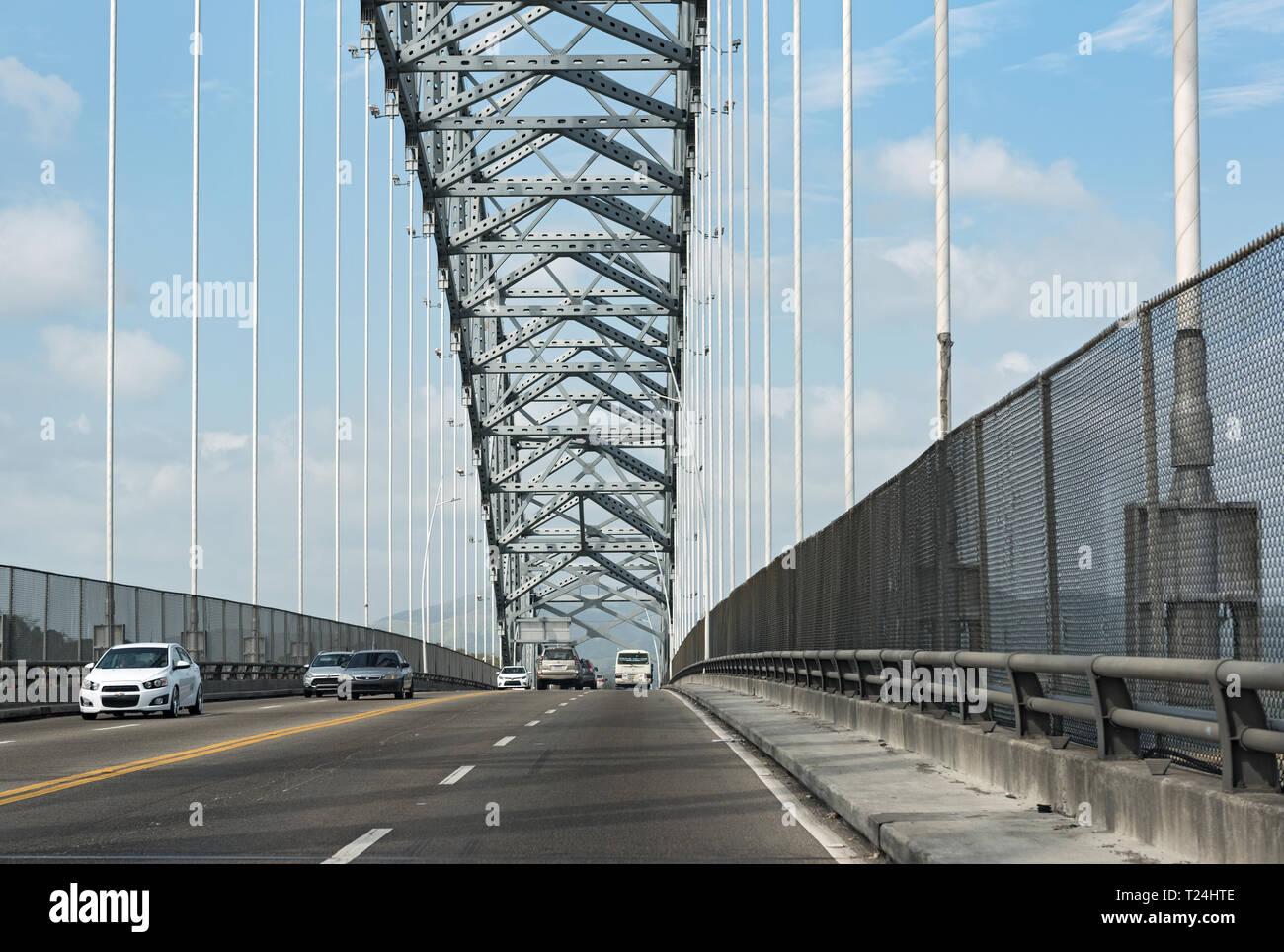 Il traffico stradale sul ponte delle americhe ingresso al canale di Panama a ovest della città di Panama Panama Immagini Stock
