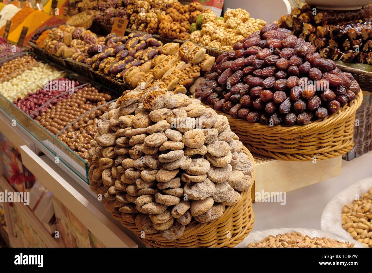 Frutta secca, dolcezza, spezie e tisane vendere sul mercato egiziano ad Istanbul in Turchia Immagini Stock