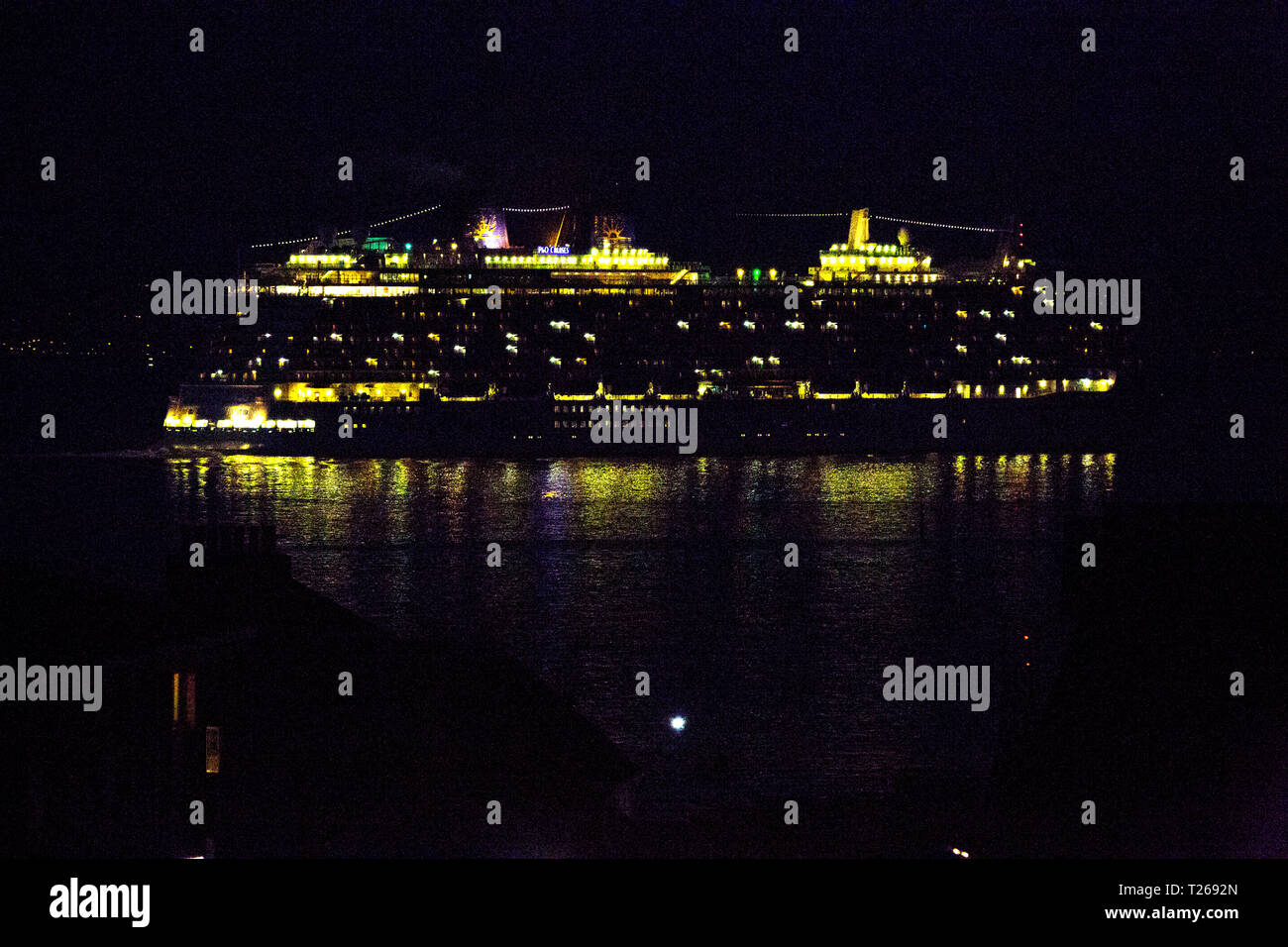Inquinamento, MSC Bellissima.,Sophia Loren,cruise liner,a,notte,Southampton,Cowes,Isle of Wight,l'Inghilterra,UK, Immagini Stock