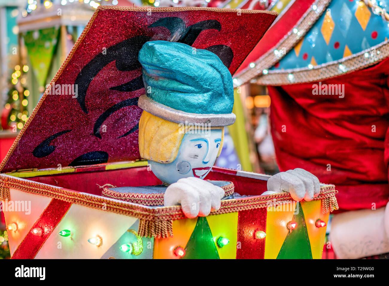 Sorpresa colorati Jack in the Box con sparkle Clown decorazione di Natale sfondo Foto Stock