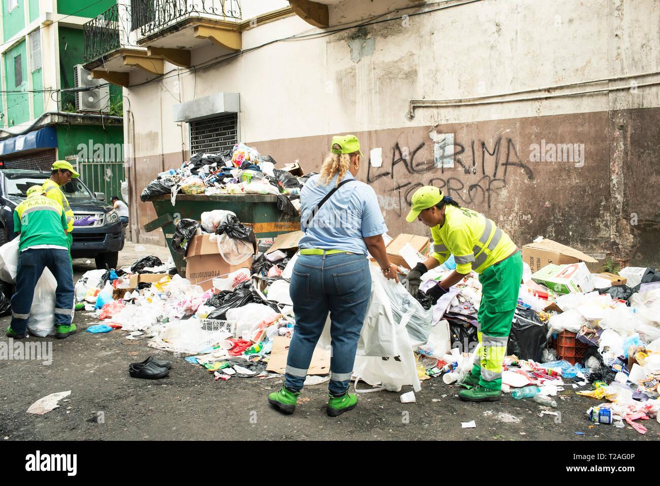 Traboccante di garbage / plastica spazzatura per le strade della città di Panama. Gestione dei rifiuti rimane la più grande sfida nella capitale. Panama, Ott 2018 Immagini Stock