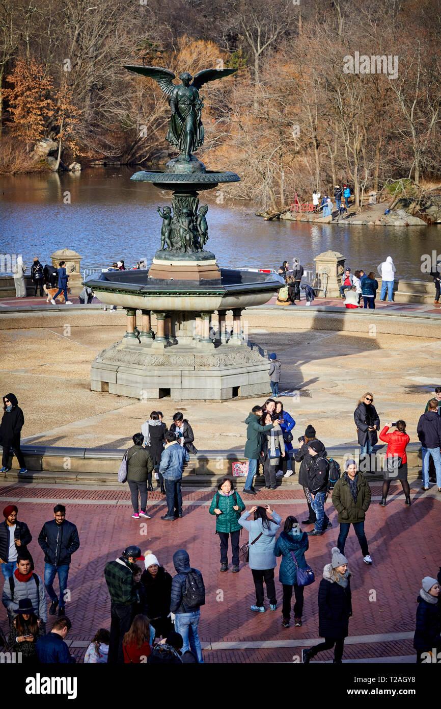 New York Manhattan Central Park Bethesda Terrazza fontana e si affacciano sul lago in barca Foto Stock