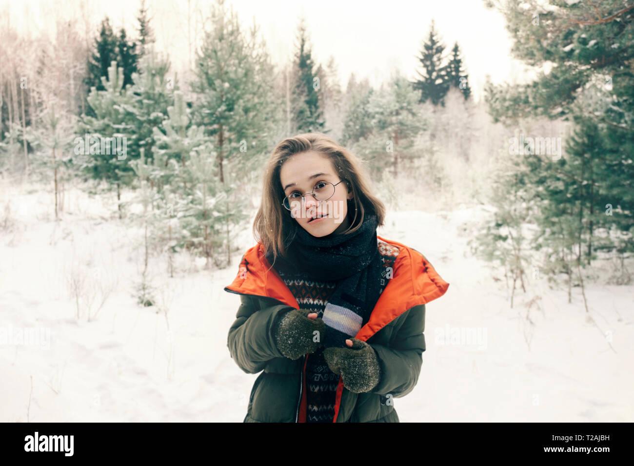 Ragazza con gli occhiali durante il periodo invernale Foto Stock