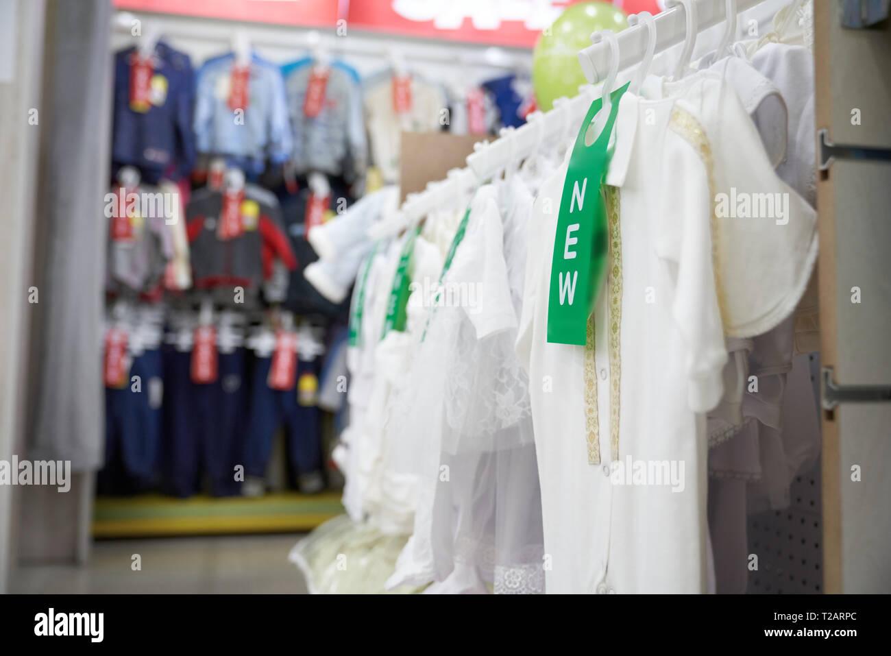 f9551ff99fec Grande scelta di moderni ed eleganti in capi di abbigliamento di moda  department store. Camicette bianco su t shirt su appendiabiti.