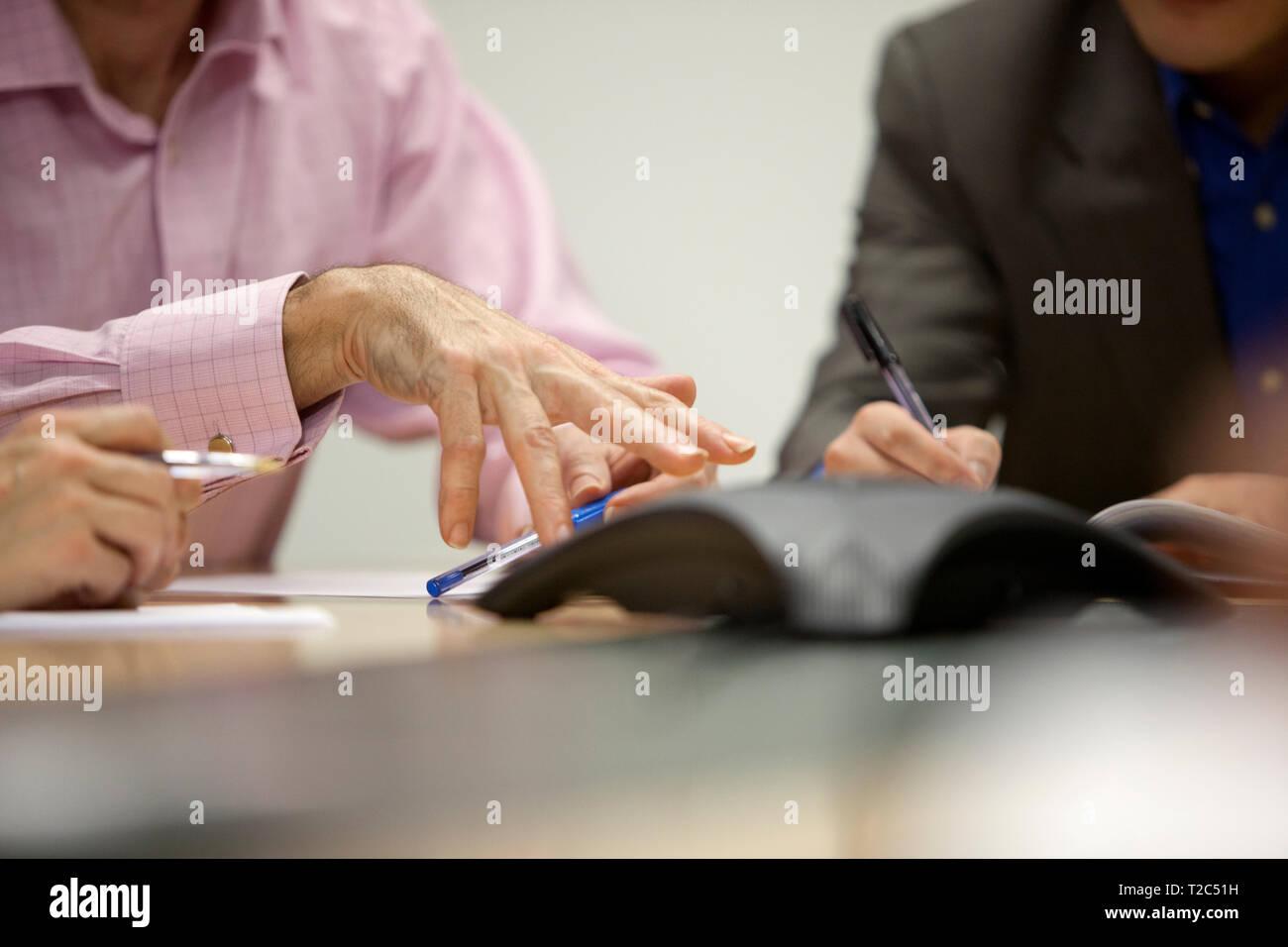 La realizzazione di un punto utilizzando le mani durante la riunione di office Immagini Stock
