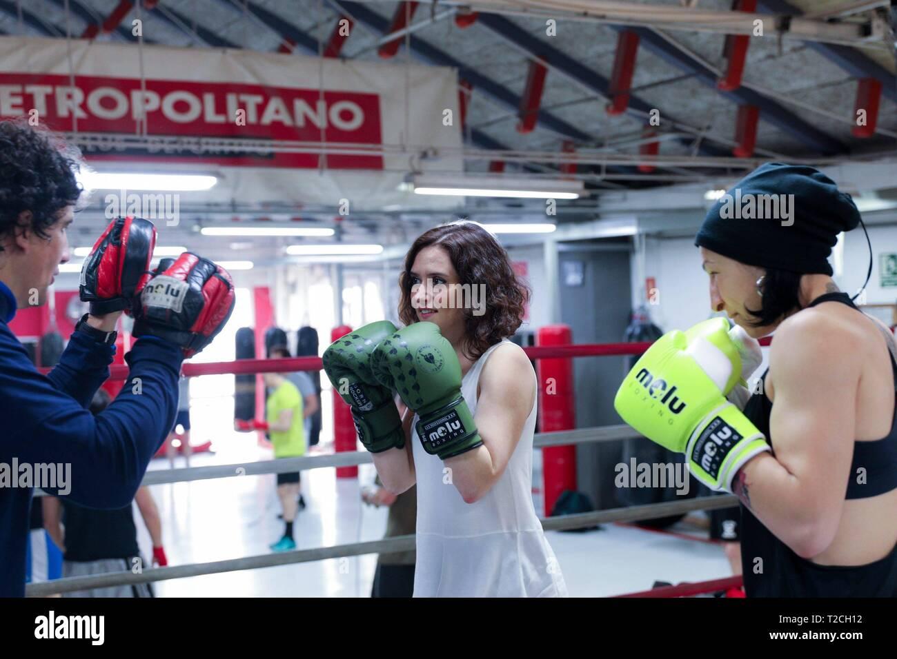 Il Partito Popolare (PP) candidato per la Presidenza della Comunità di Madrid, Isabel Diaz-Ayuso visto traininng con la Comunità europea il campione del pugilato, Miriam Guitierrez. Cordon premere Immagini Stock