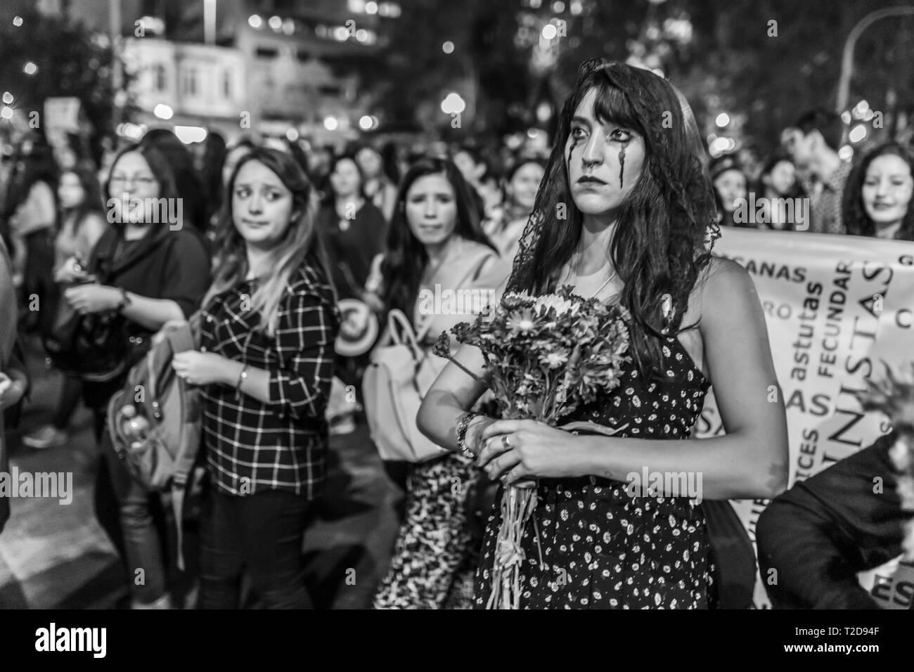 La Giornata internazionale della donna 8 marzo ragazze femminista tribù urbana con la morte i vestiti in costume in occasione della Giornata della donna protesta a Santiago del Cile, city centre street Foto Stock