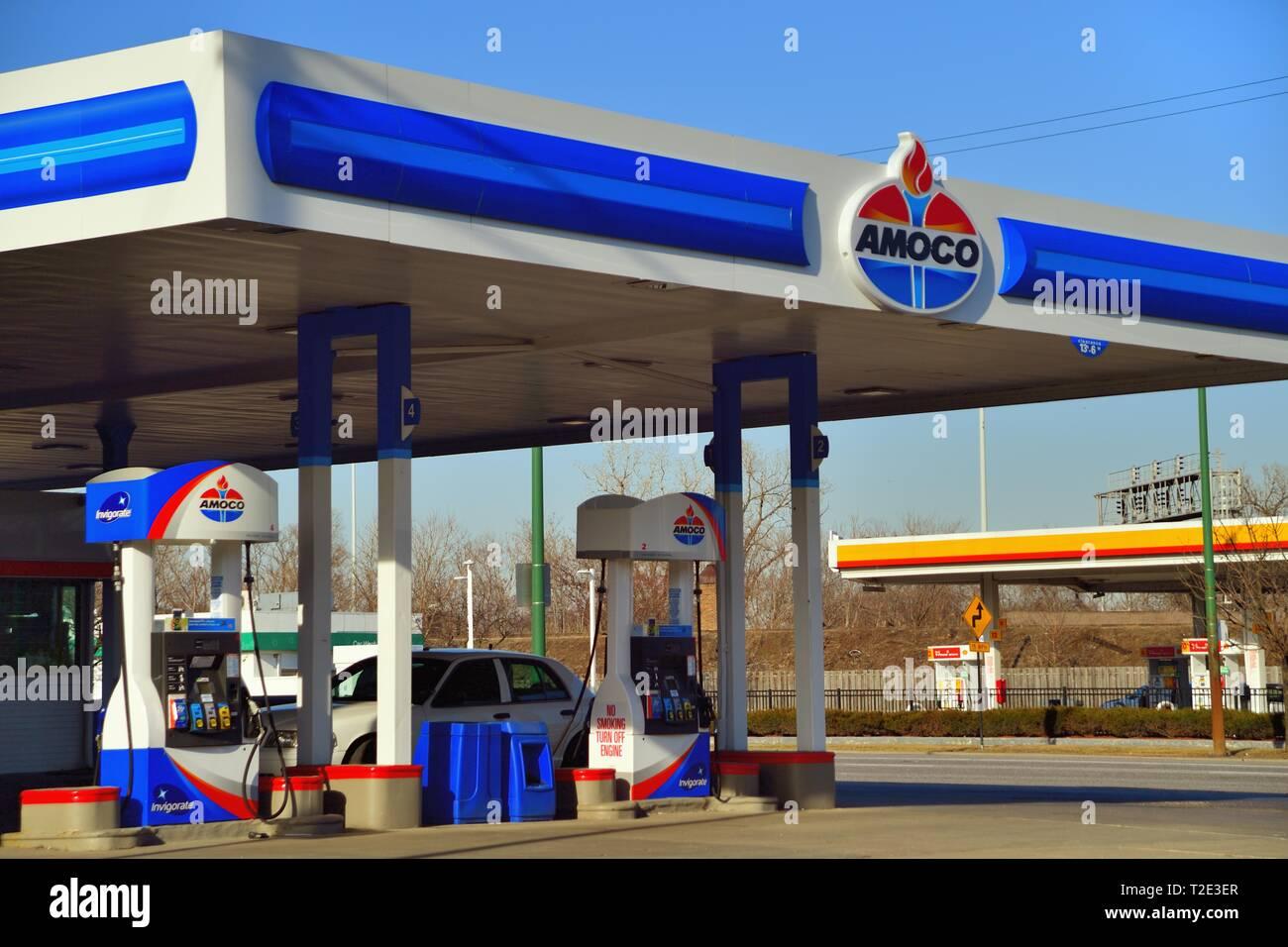 Chicago, Illinois, Stati Uniti d'America. Concorrenti delle stazioni di servizio condividono un'intersezione sul lato nord-ovest di Chicago. Immagini Stock