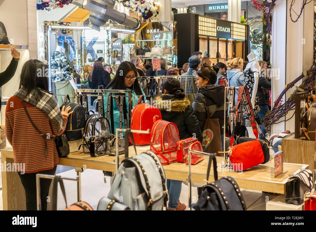 1d080e44ee Michael Kors borsette in Macy's Herald Square department store di New York  di Domenica, 24