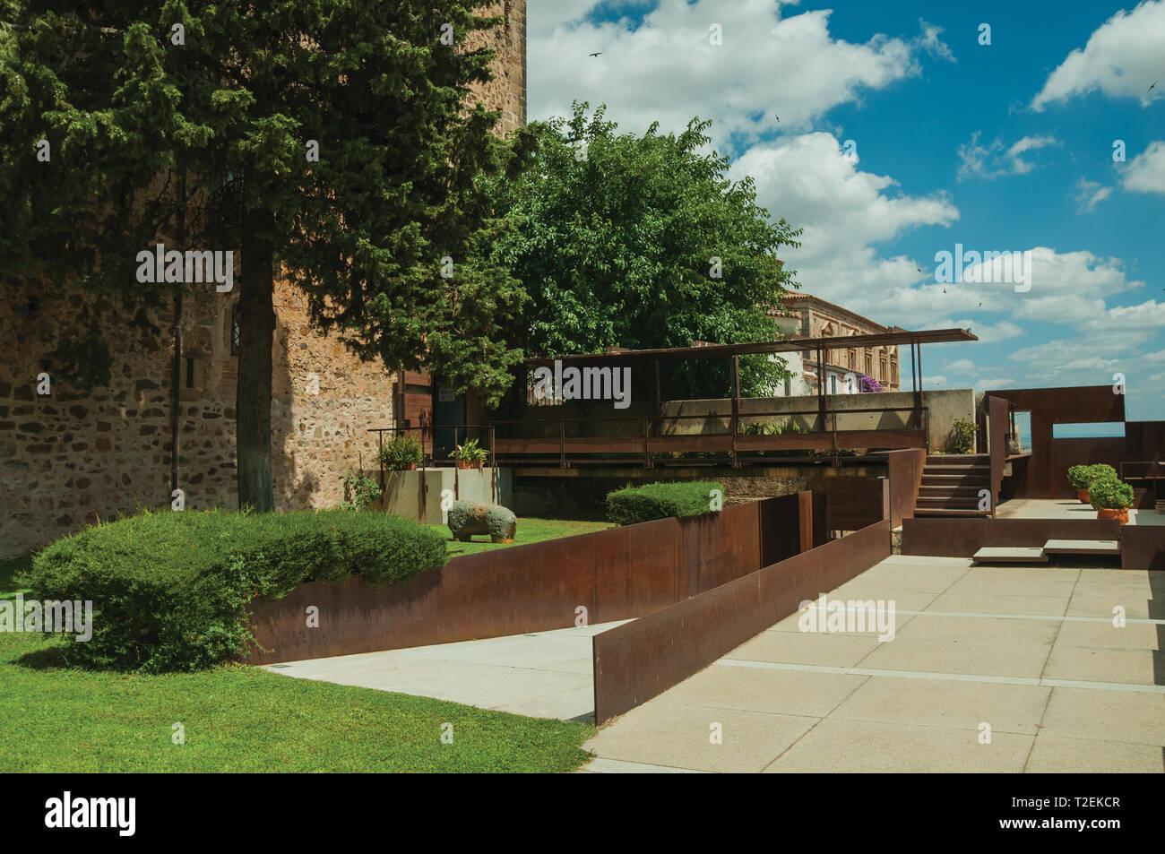 Vecchio edificio e giardini moderni di caceres museo nella for Foto giardini moderni