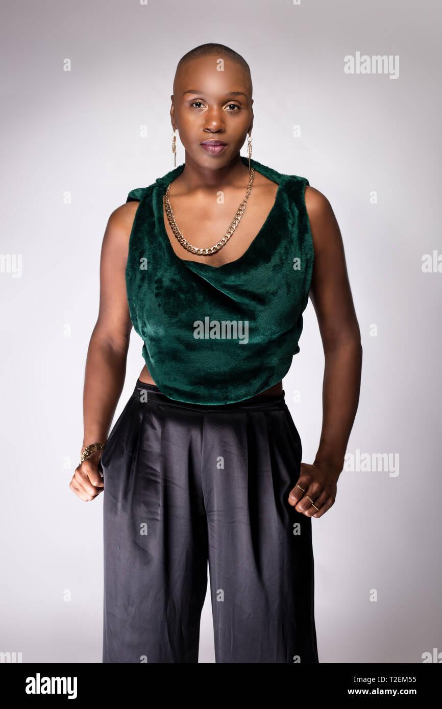 up-to-date styling acquista autentico chic classico Il nero americano africano femmina modello di moda in posa ...