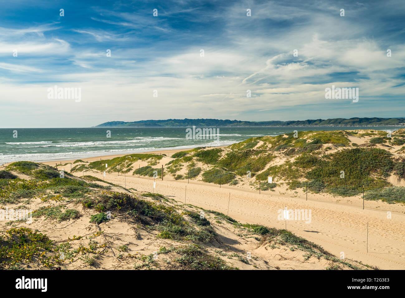 Sentiero attraverso le dune di sabbia e vista oceano. Oso Flaco Lago Area naturale del parco statale, California Immagini Stock