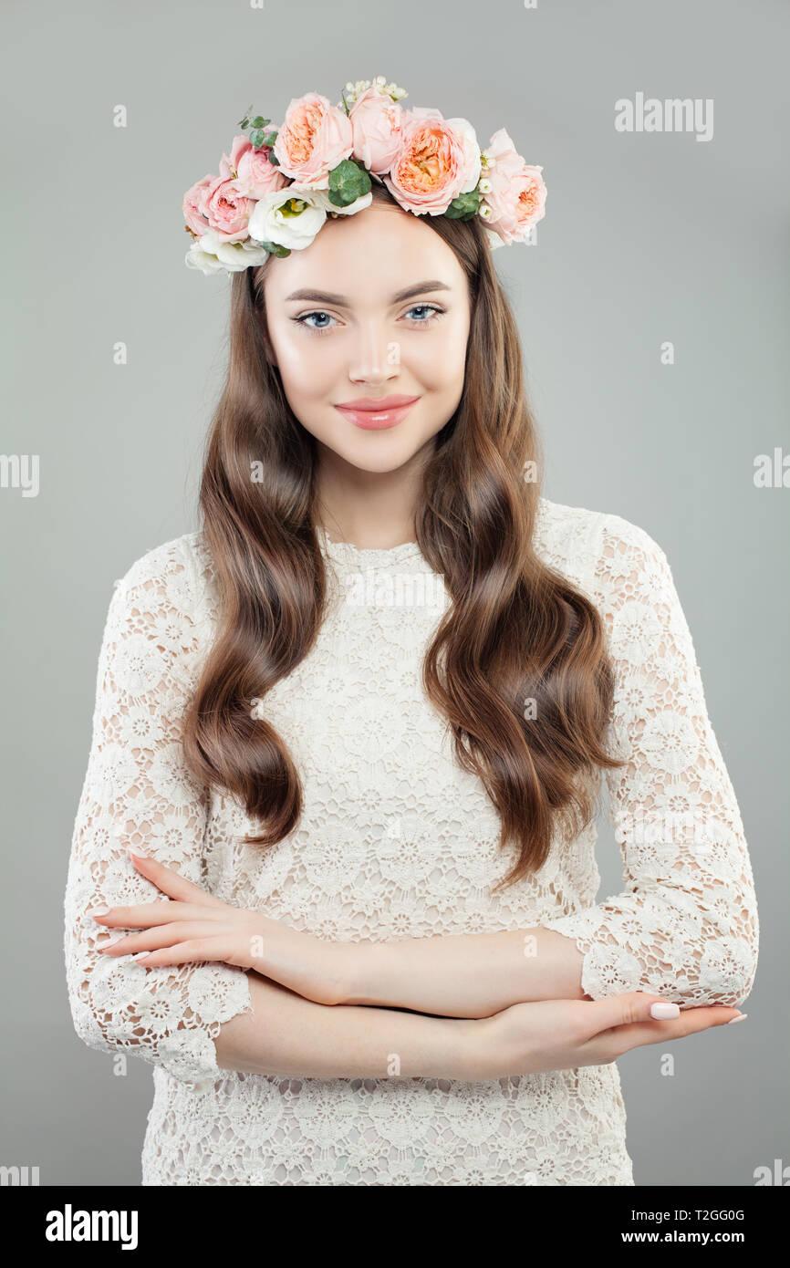 6e17f1d5b473 Bellezza moda Ritratto di bella donna modello in bianco Lacy vestito e  ghirlanda di fiori Immagini