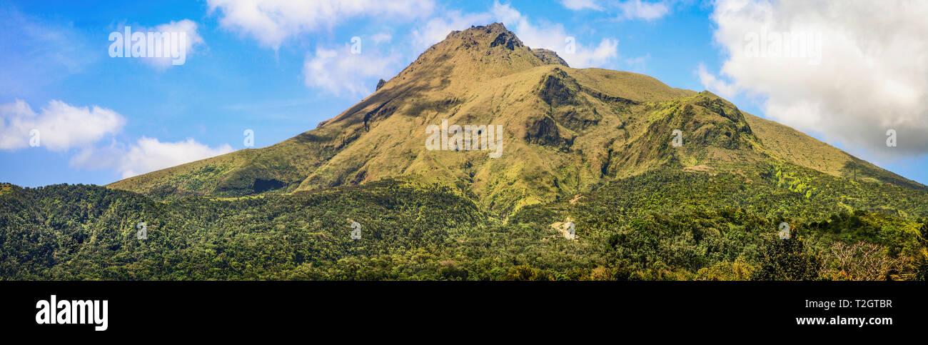 Panorama del monte Pelée(Montagne Pelée uno stratovulcano all'estremità nord di Martiniqe nel West Indies che per ultimo ha eruttato nel1932. Immagini Stock