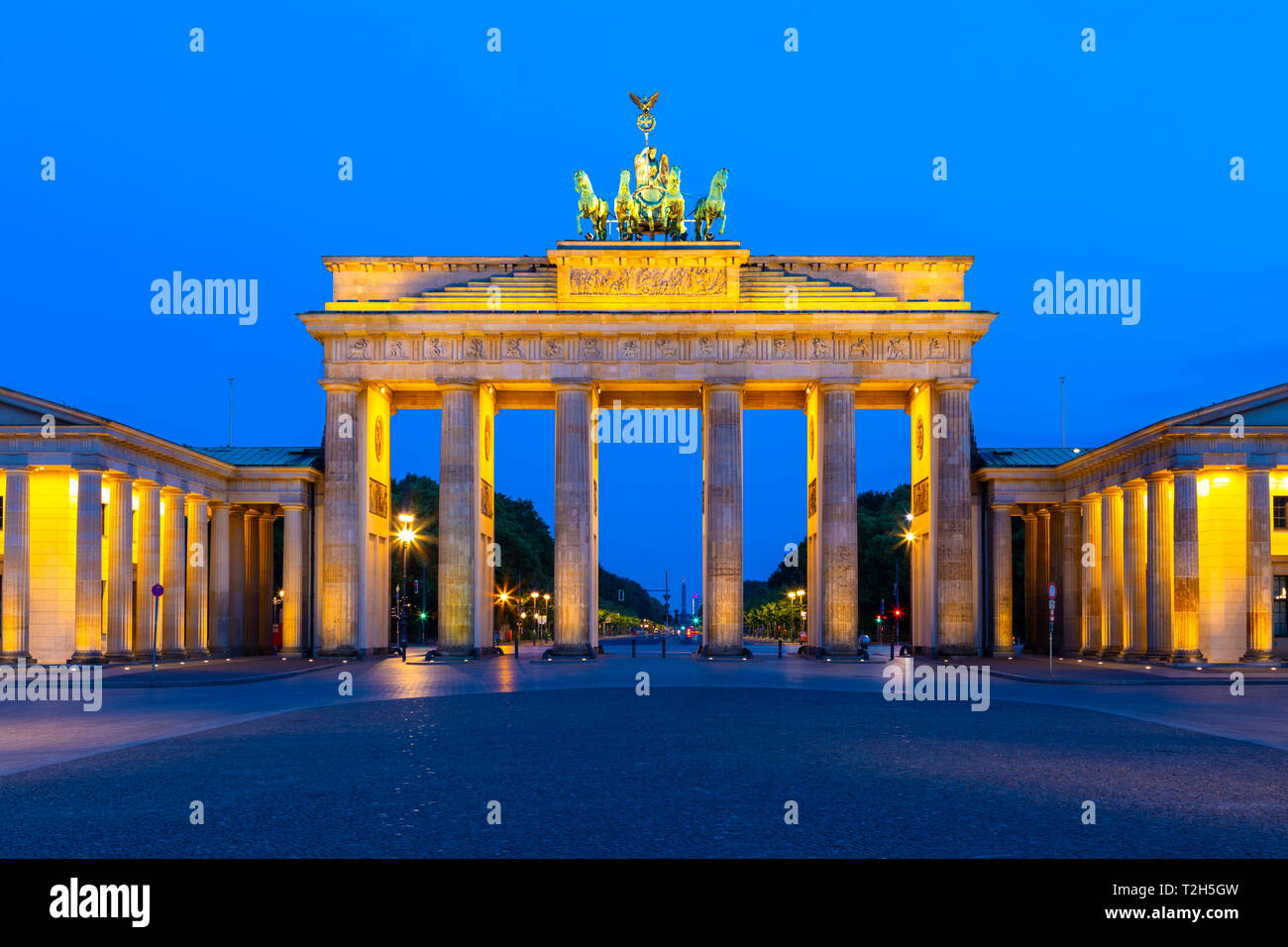 La Porta di Brandeburgo di notte a Berlino, Germania, Europa Foto Stock