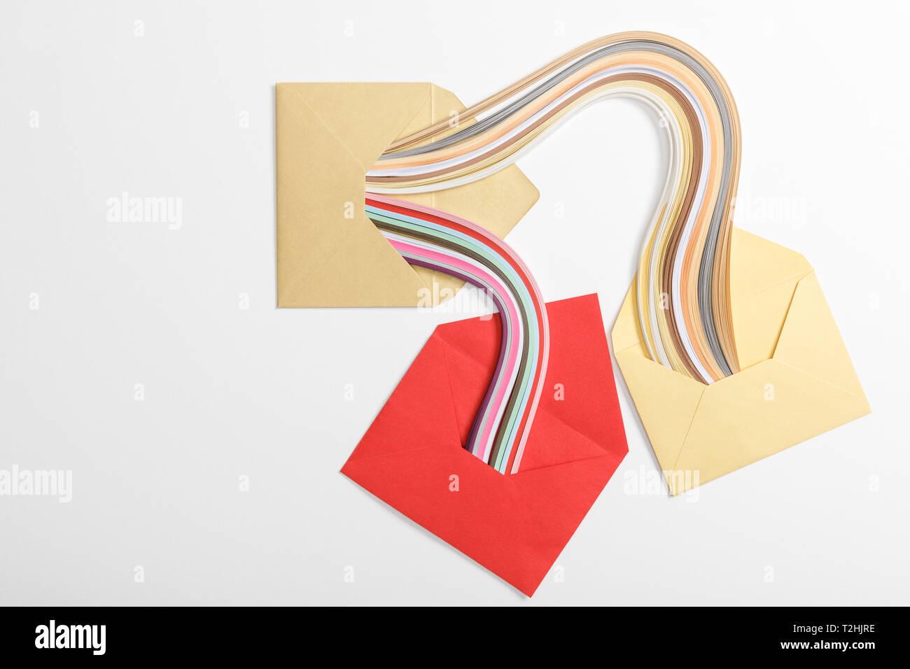 Vista Superiore Del Giallo E Del Rosso Buste Con Multicolore