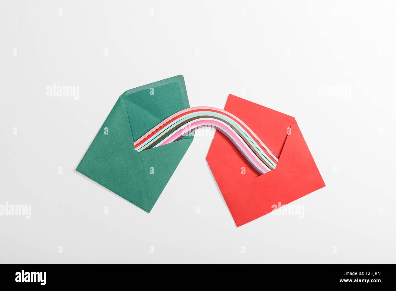 Vista Superiore Di Verde E Rosso Buste Con Multicolore Arcobaleno Su