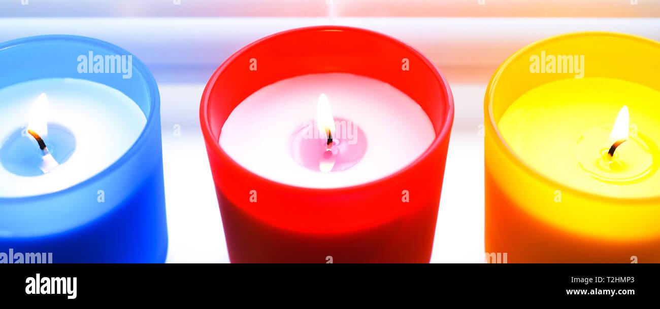Luminose colorate candele. Profumate candele colorate con