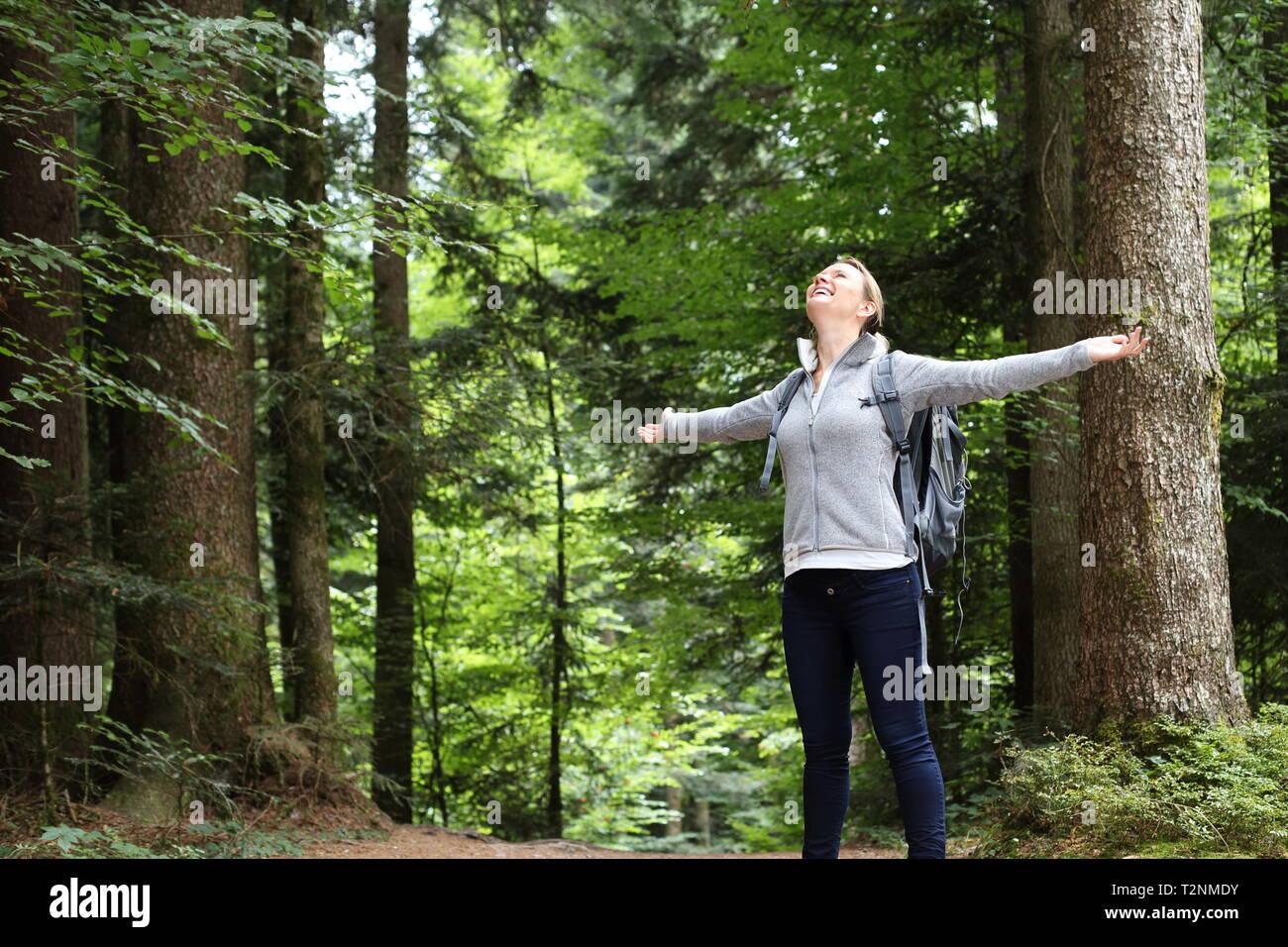 Una donna felice nella foresta di natura Immagini Stock
