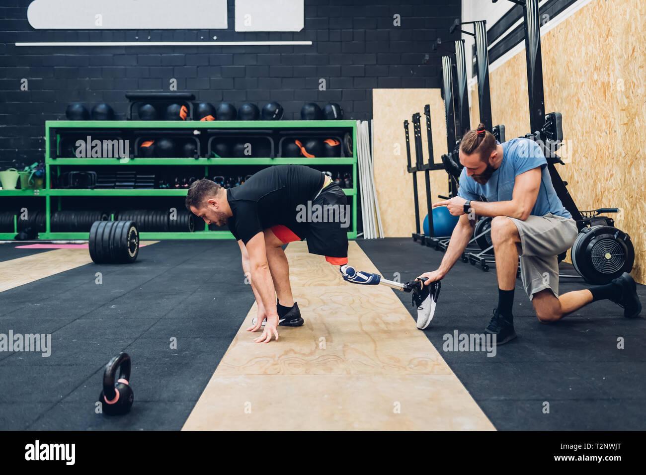 Uomo con gamba protesico formazione in palestra Foto Stock