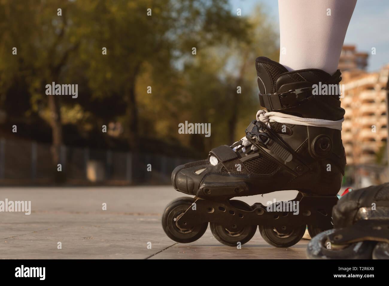 c8fc8f7ef768c4 Close-up di nero pattini a rotelle in linea, che si affaccia su un
