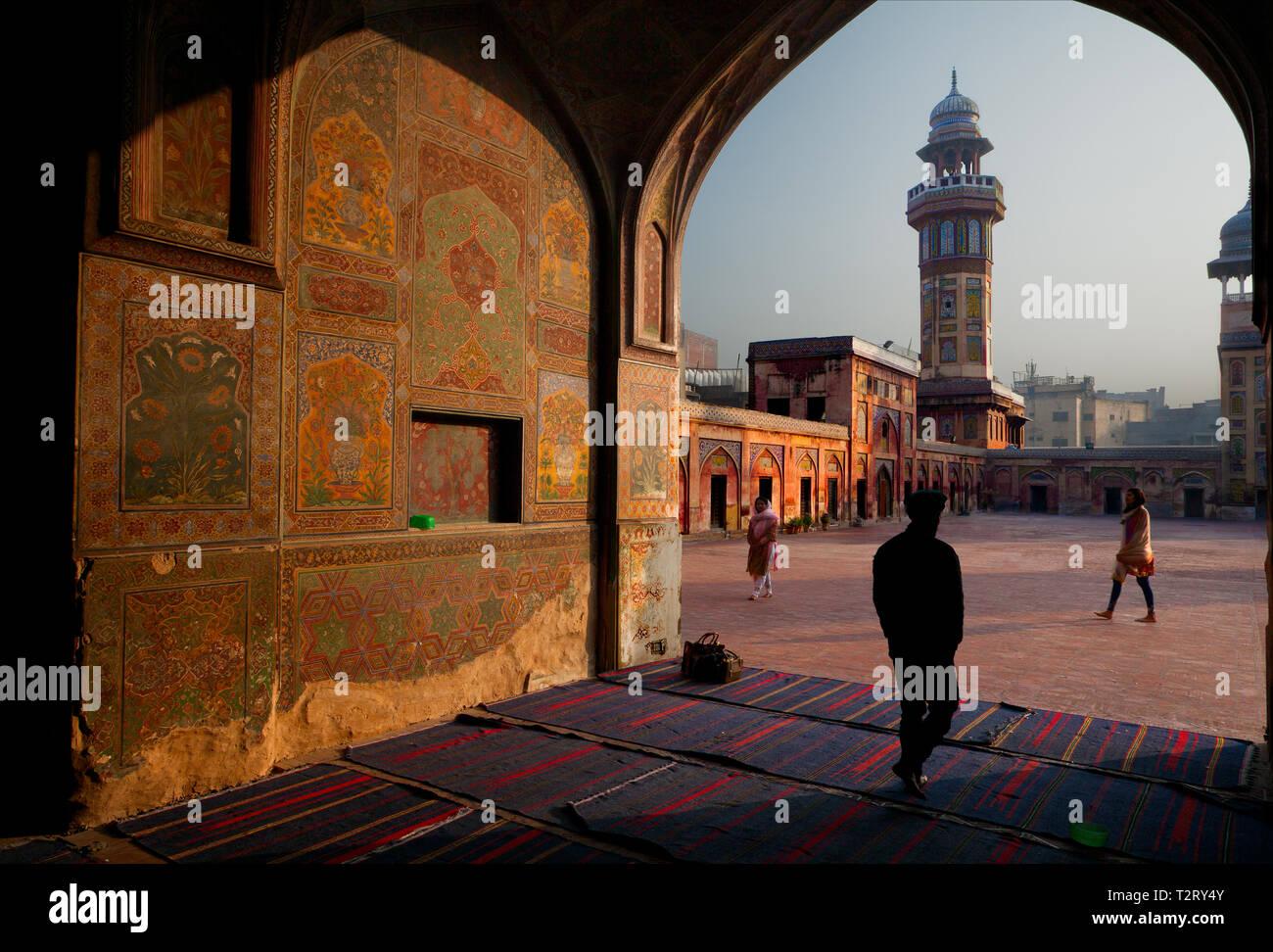 La mattina presto la luce colpisce sul lato parete dipinta di Masjid Wazir Khan, Lahore. Moschea del xvi secolo è situato nel cuore della città murata di Lahore. Xvi Foto Stock